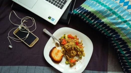Cebula, cukinia, tofu, pomidor, na koniec awokado i czarna sól. Obok bezglutenowe pieczywo albowiem miła dama, które mnie gościła, jest uczulona